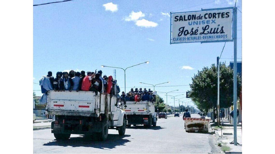 Tras quedar varados en Olavarría, trasladaron a ricoteros en camiones volcadores