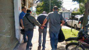 El hombre cuando fue detenido, tras abandonar la inmobiliaria. Gentileza: diario La Capital
