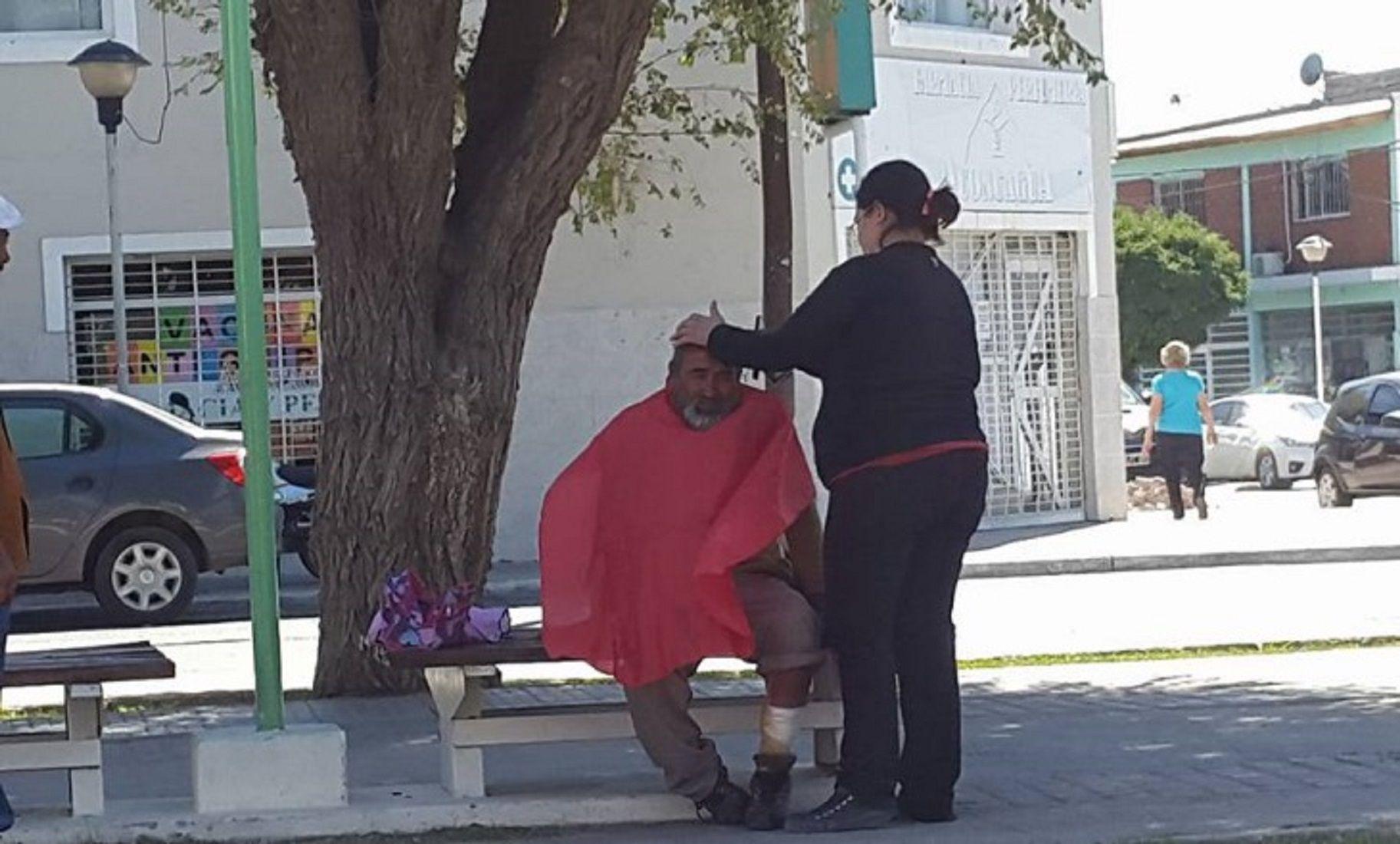La peluquera que sale a cortarle el pelo a los indigentes de neuquen