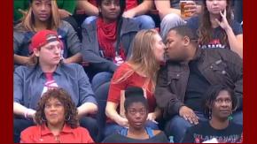 Su novio le niega un beso y ella besa a un desconocido