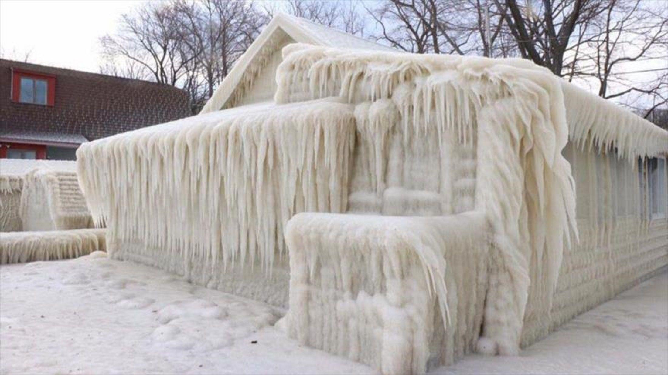 Una casa que quedó totalmente cubierta por el hielo