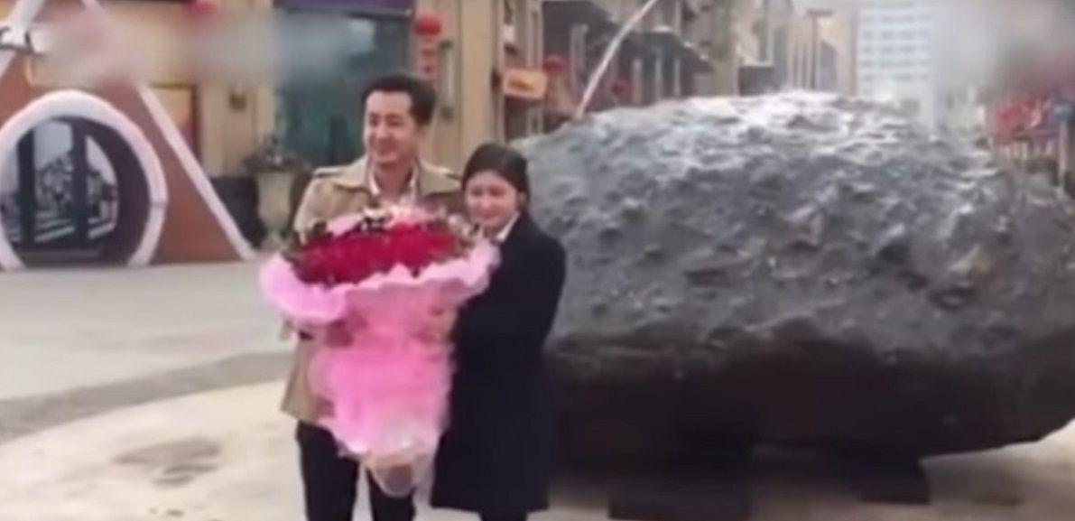 Le pidió casamiento con un meteorito