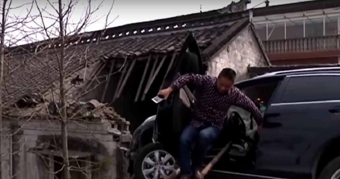 Perdió el control del auto y terminó en el techo de una casa
