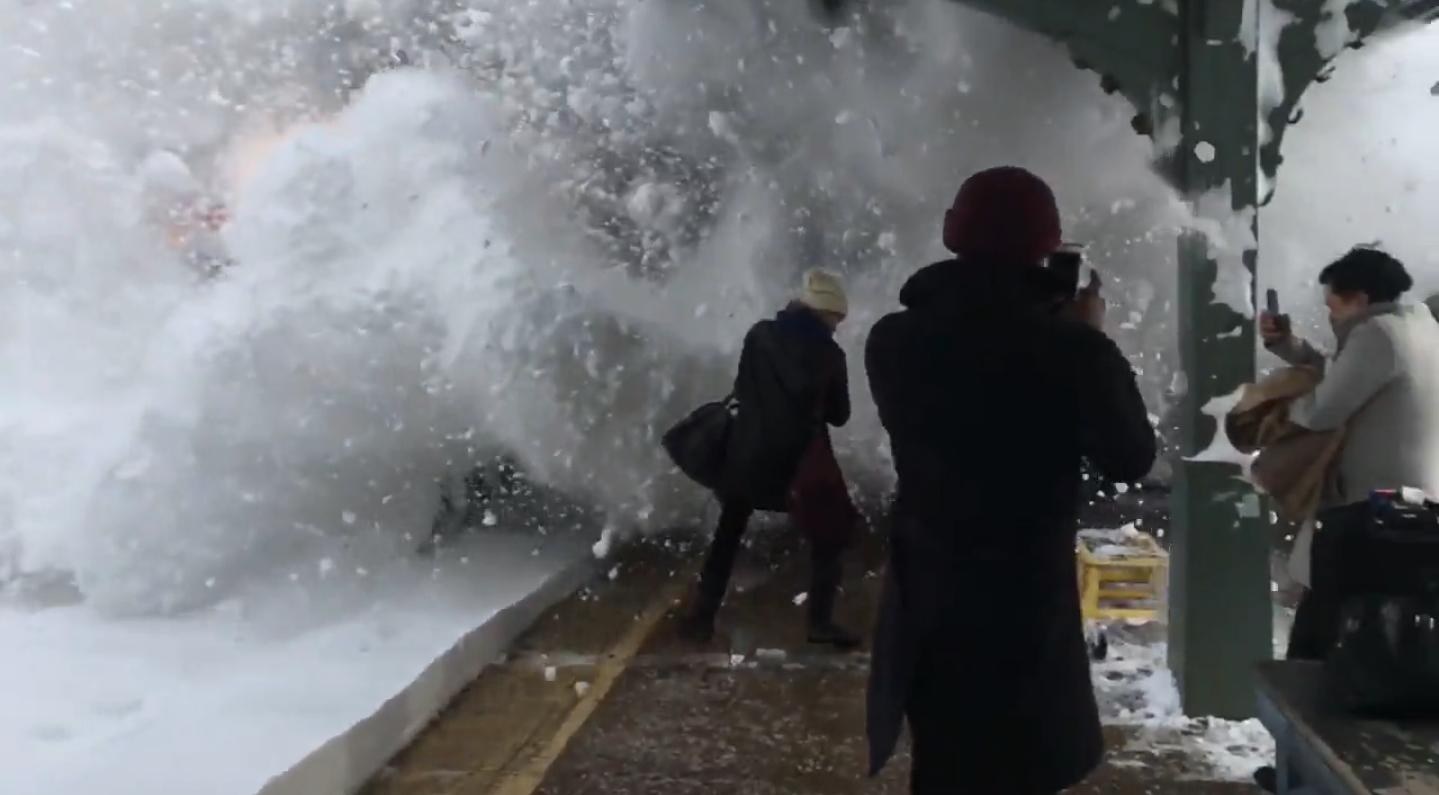 Un tren llena de nieve a quienes lo esperaban