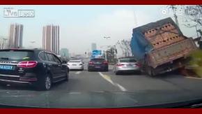 Un camión entierra a un auto con su carga de ladrillos