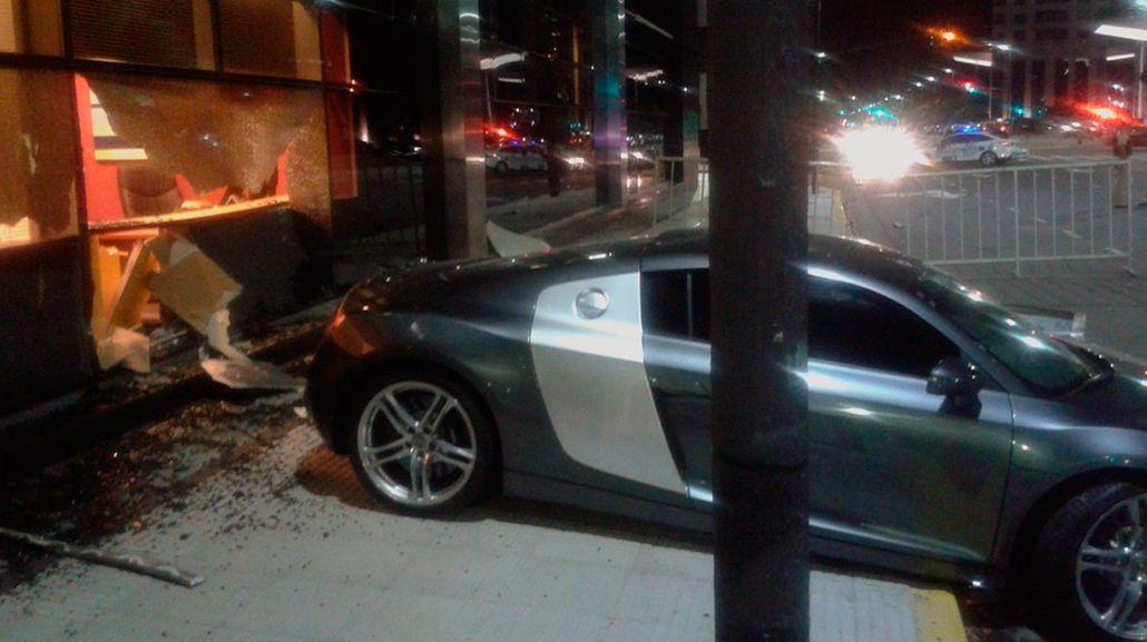 Así quedó el auto que se incrustó contra el Hilton