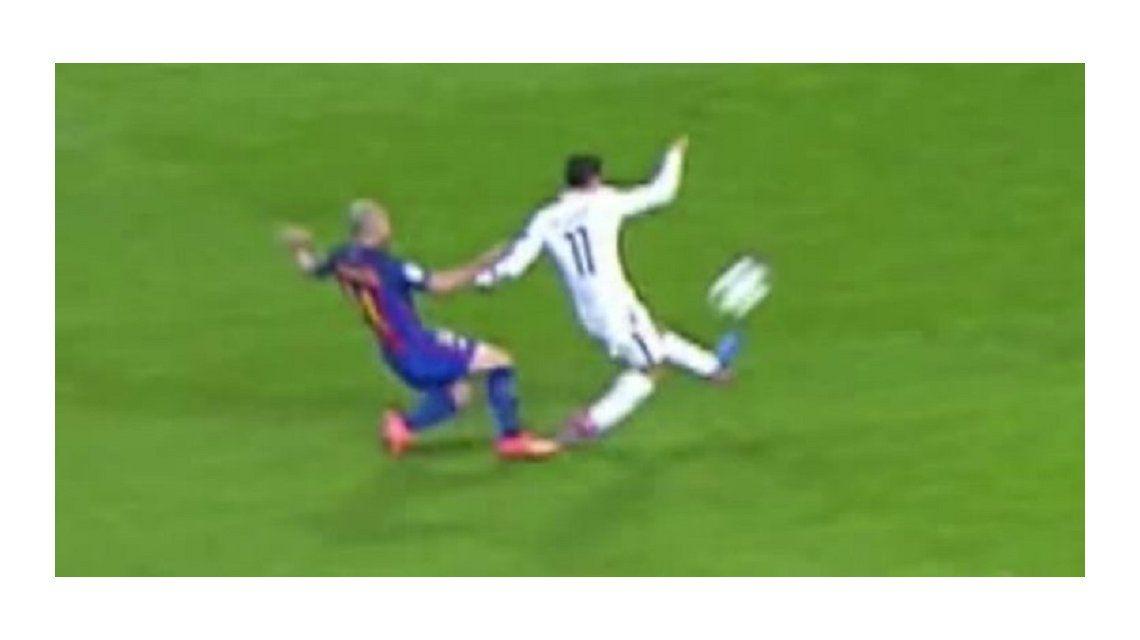 El momento en el que Mascherano desestabiliza a Di María. Era penal y expulsión