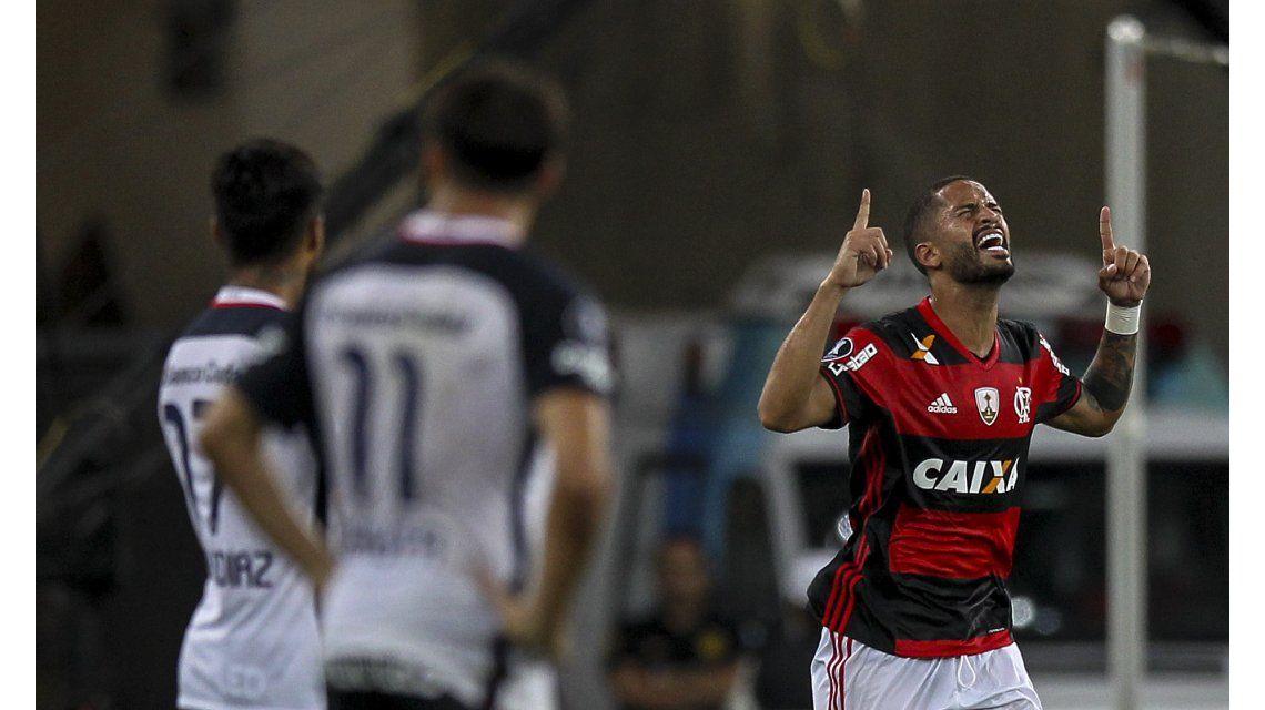 Flamengo festeja ante la impotencia de los jugadores de San Lorenzo