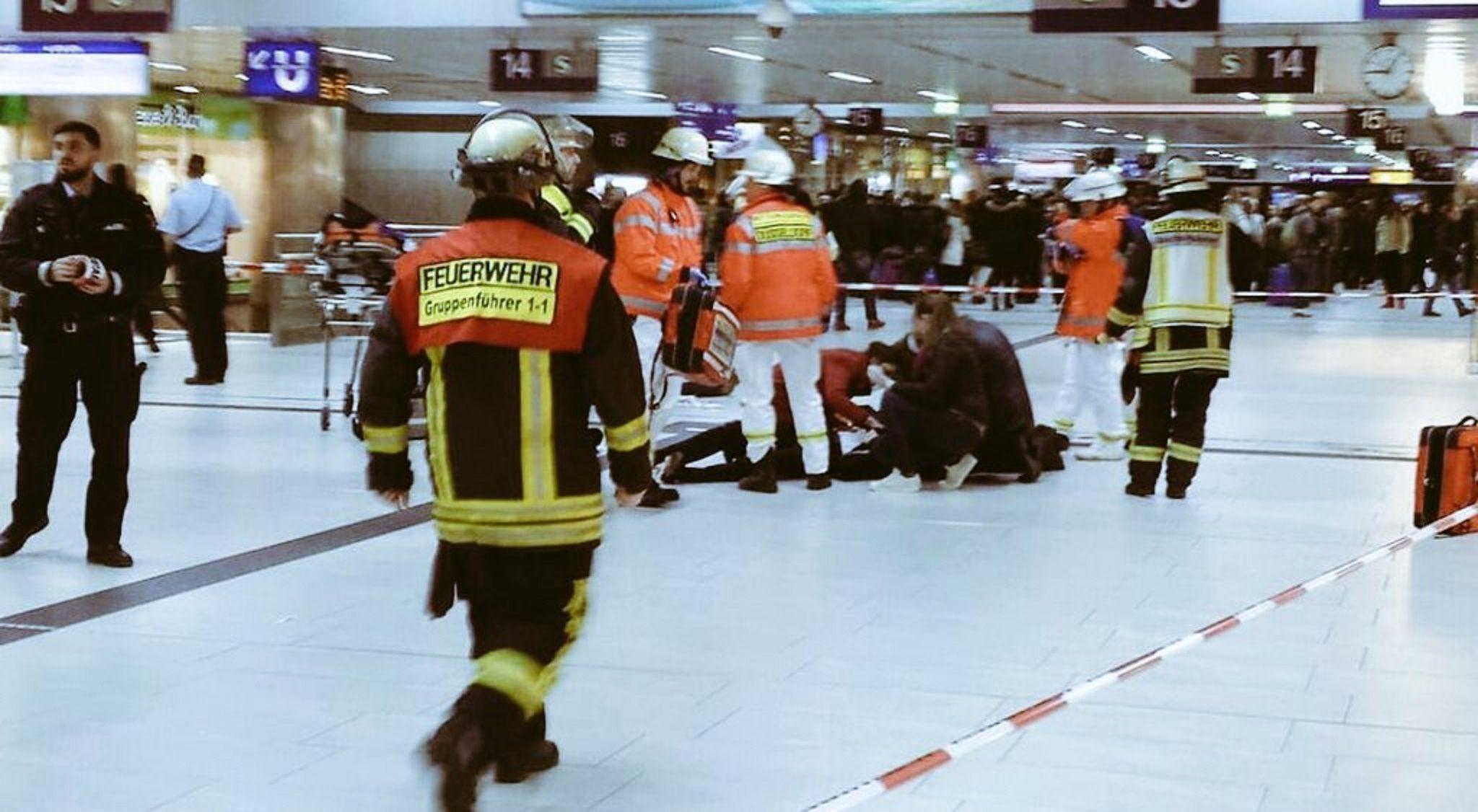 Un hombre atacó a varias personas con un hacha en un tren