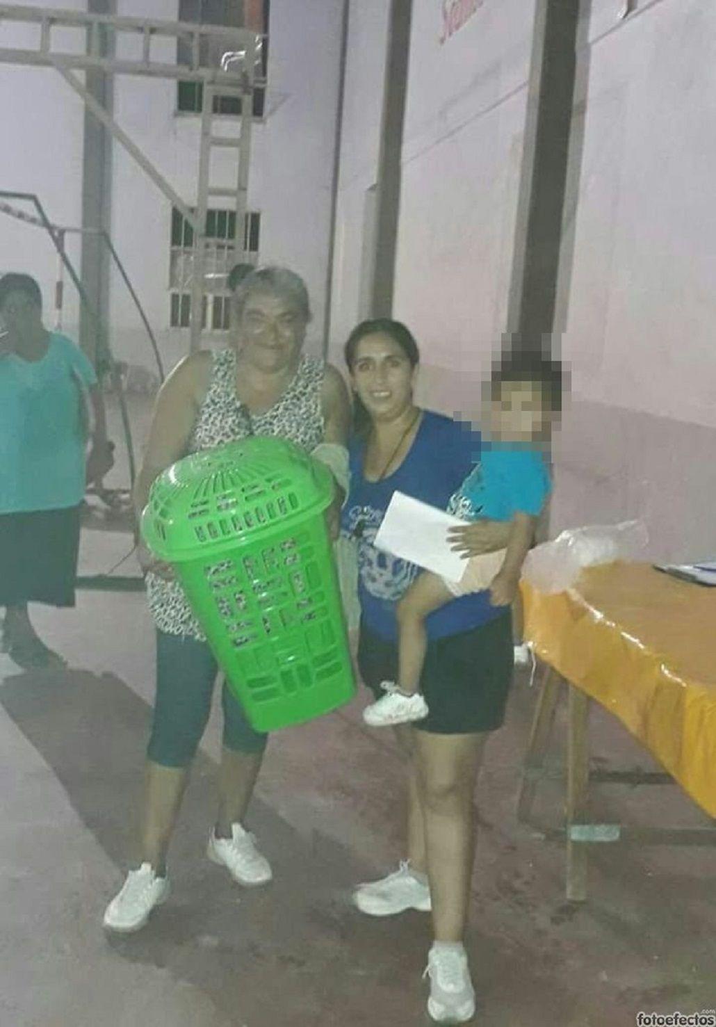 Un intendente regaló escobas y cestos para ropa por el Día de la Mujer