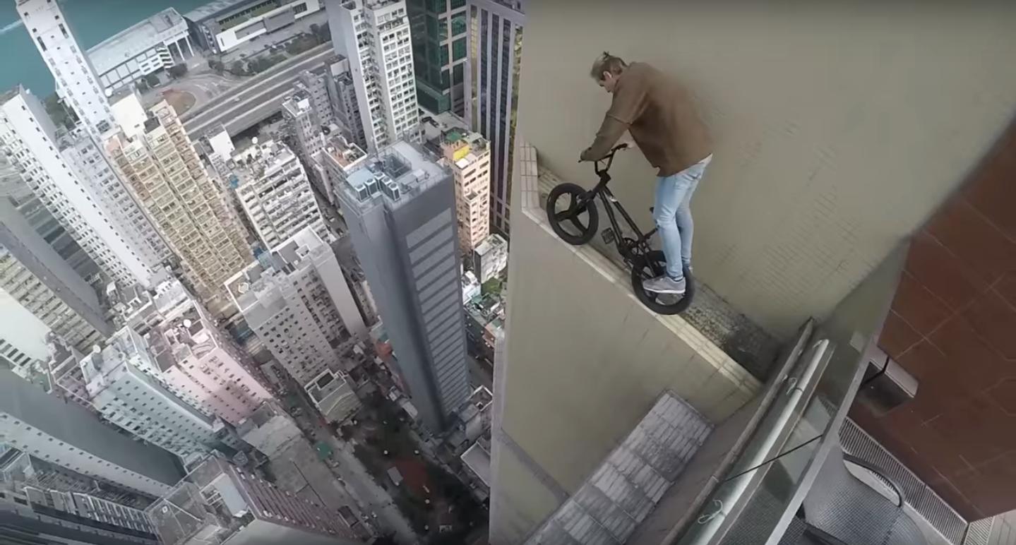 Hace pruebas con una bici en la cornisa de un edificio