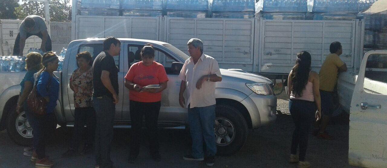 El gobierno provincial repartiendo botellas de agua a los vecinos de Caucete