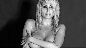 Vicky, desnuda y en blanco y negro por el Día de la Mujer