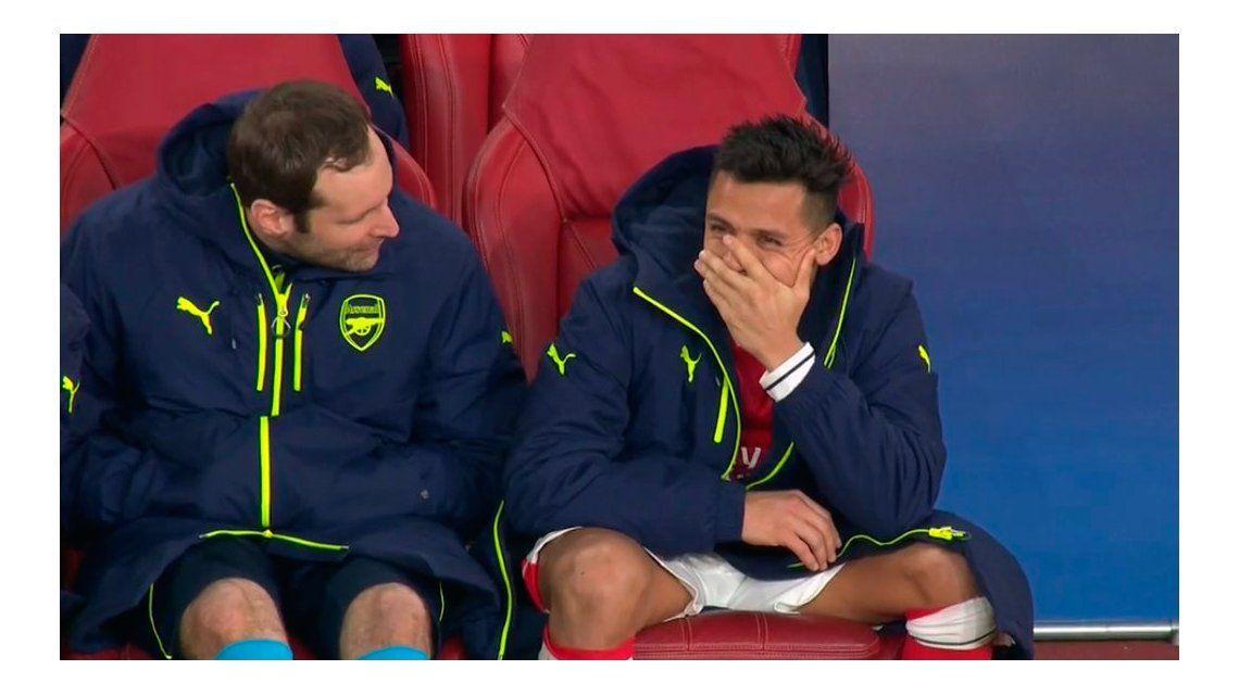 Desde el banco, Alexis Sánchez no aguanta la risa por la goleada contra su equipo
