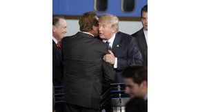 Donald Trump abrazando a un hombre