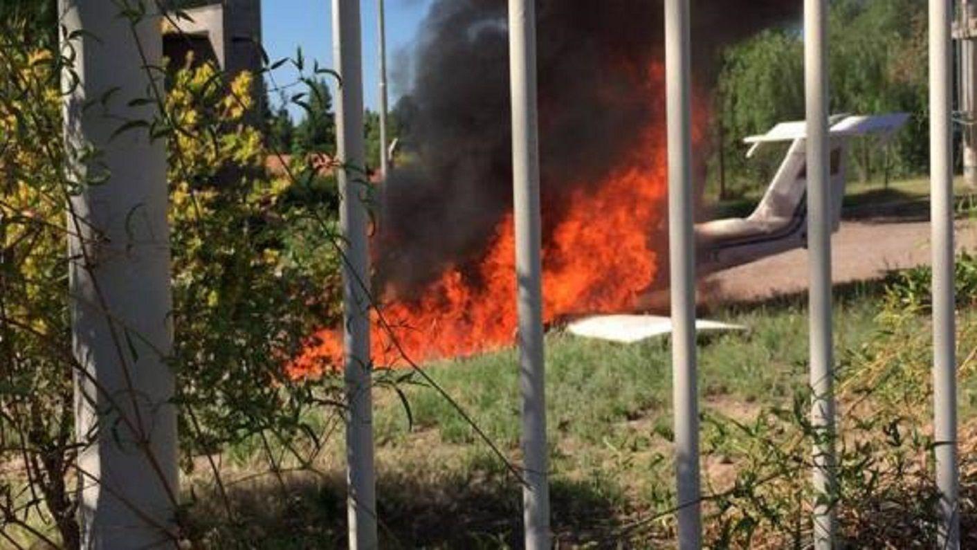 Una avioneta cayó en el patio de una casa en Mendoza