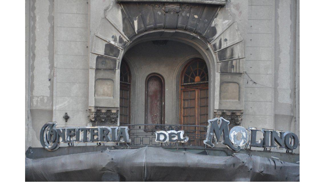 Está ubicado en la esquina de Rivadavia y Callao