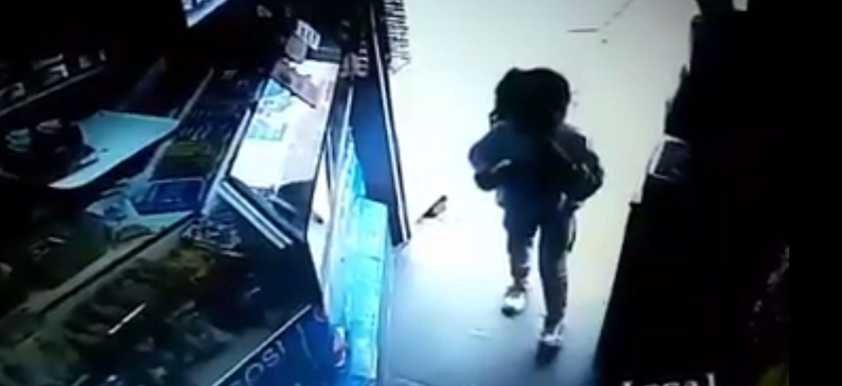 Niños entran a robar a un kiosco en Flores