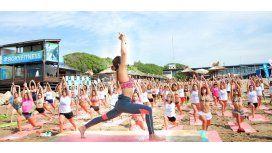 El yoga cerró la jornada. Fue el momento de relax luego del esfuerzo del running y de la adrenalina del sup (Foto: Diego Yiorio)