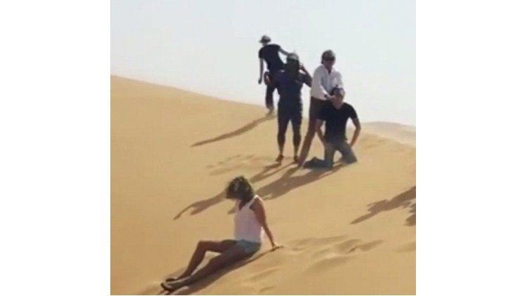 Rod Stewart simulando una ejecución del Estado Islámico