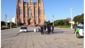 Una moto embistió la piedra fundamental de La Plata en la plaza Moreno