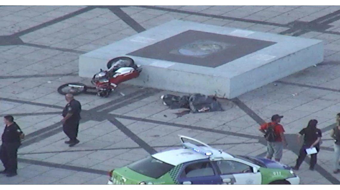 Una motociclista murió al chocar contra una piedra de Plaza Moreno