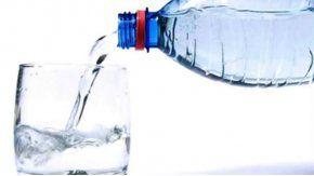 Le pidió un vaso de agua para robarle