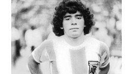 Al igual que Lionel Messi, el Diego debutó en la mayor frente a Hungría