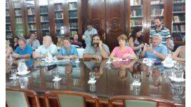 Los docentes bonaerenses, a la espera en el Ministerio de Economía provincial