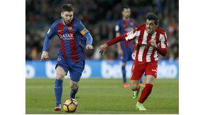 La lucha de Messi ante un rival del Sporting Gijón