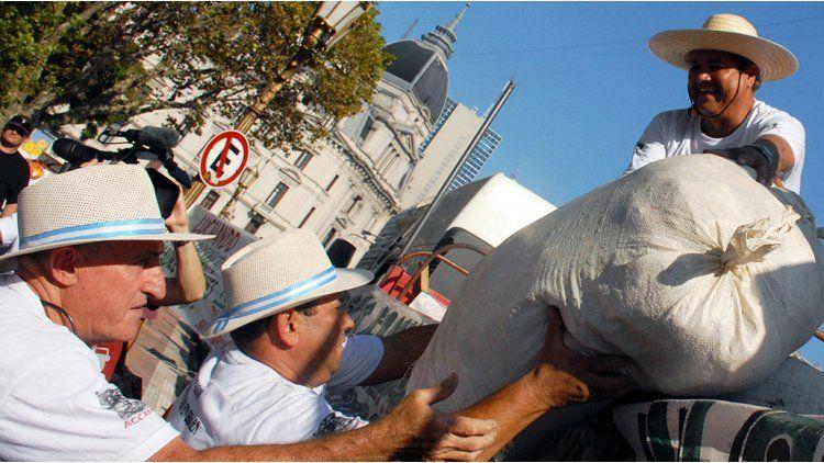 Los yerbateros llegaron a la madrugada a Plaza de Mayo