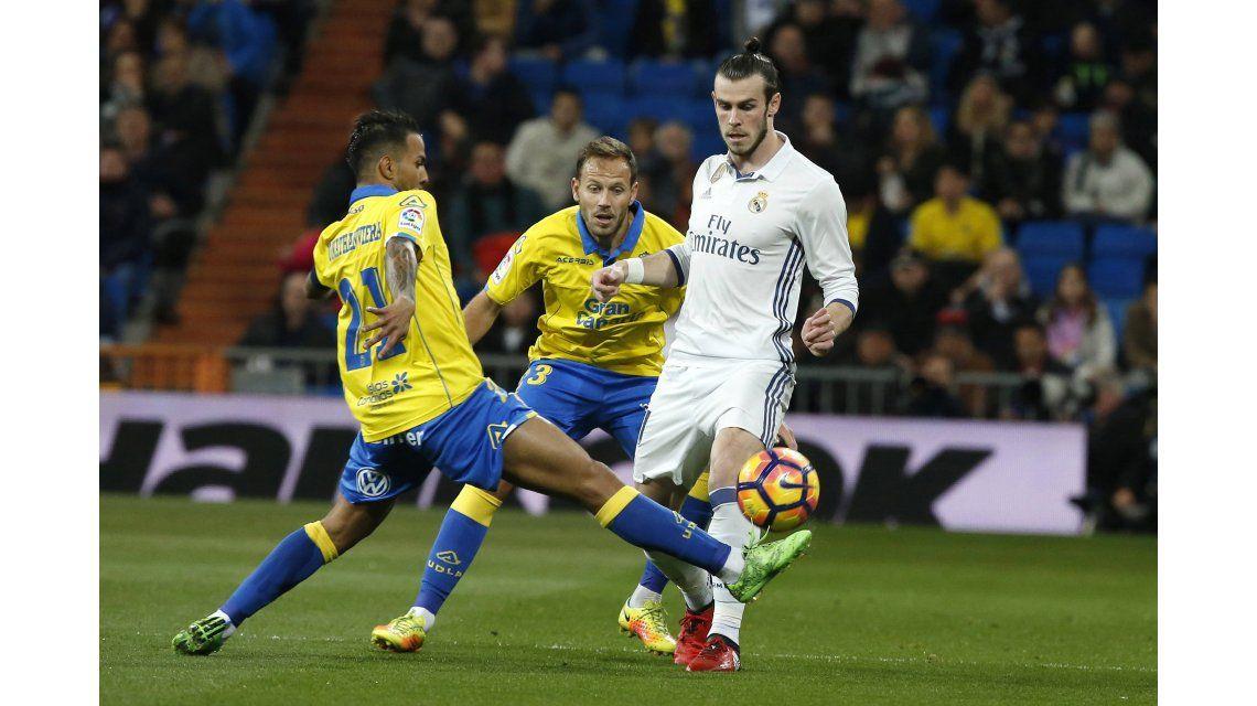 El galés Gareth Bale ante dos rivales de Las Palmas
