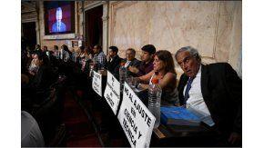 Los carteles con los que recibieron a Macri en el Congreso