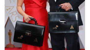 Martha Ruiz yBrian Cullinan portaban los maletines con los ganadores