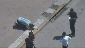 El hombre puso un cartón en el piso y se arrodilló para rezar