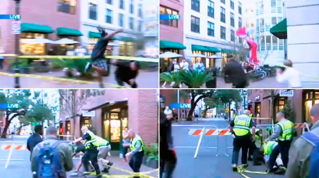 Un hombre salta una barricada para arrebatar una bandera que representa la supremacía blanca