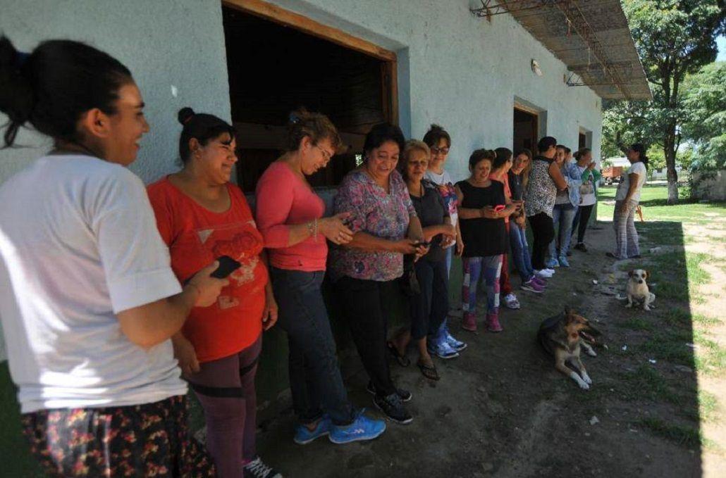 Mujeres esperan para cobrar el sueldo de sus maridos en Rumi Punco
