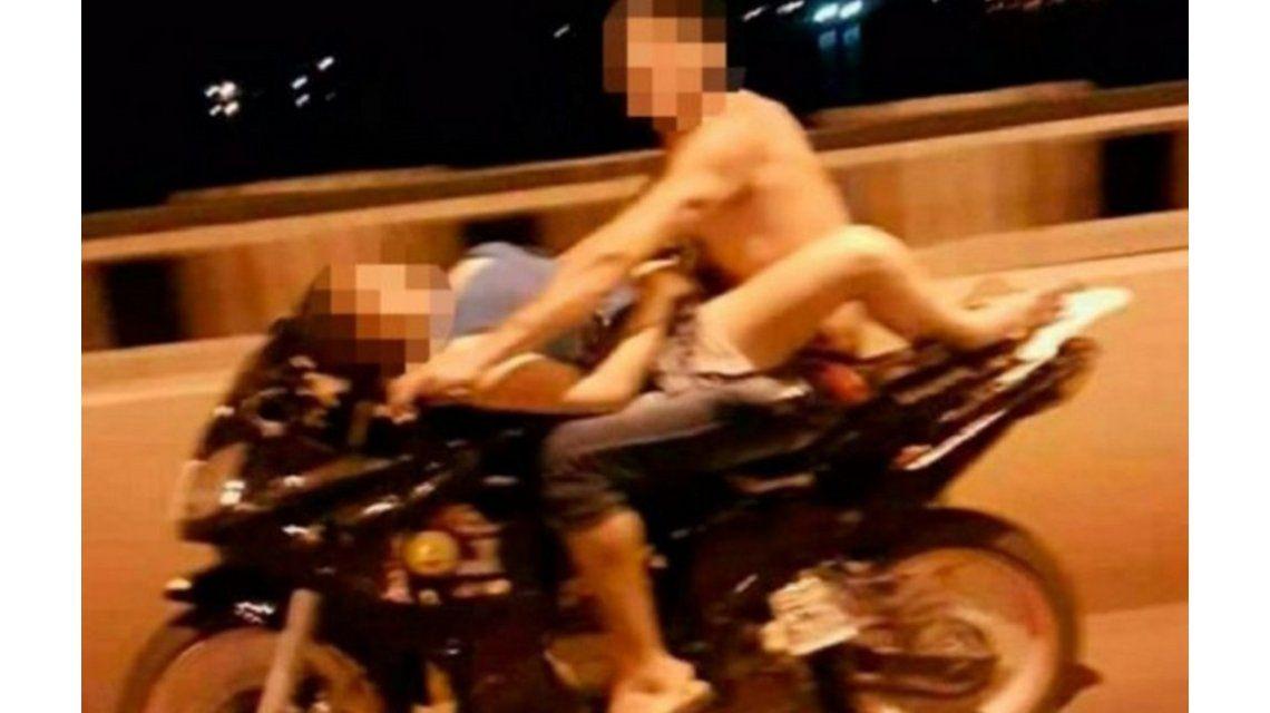 VIDEO: ¿Sexo en una moto a toda velocidad? El viral que escandaliza