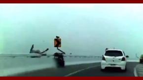 Perdió el control de la moto, cayó de una autopista y murió