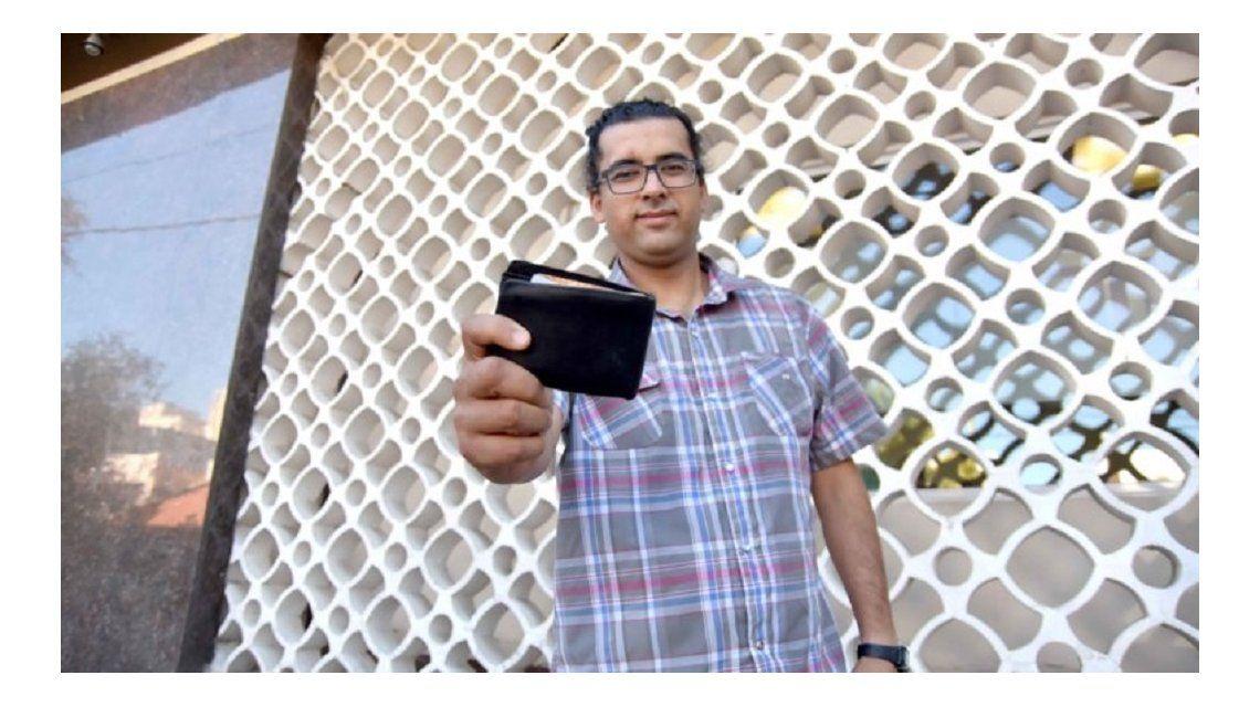 Pablo Serrano con la billetera que halló