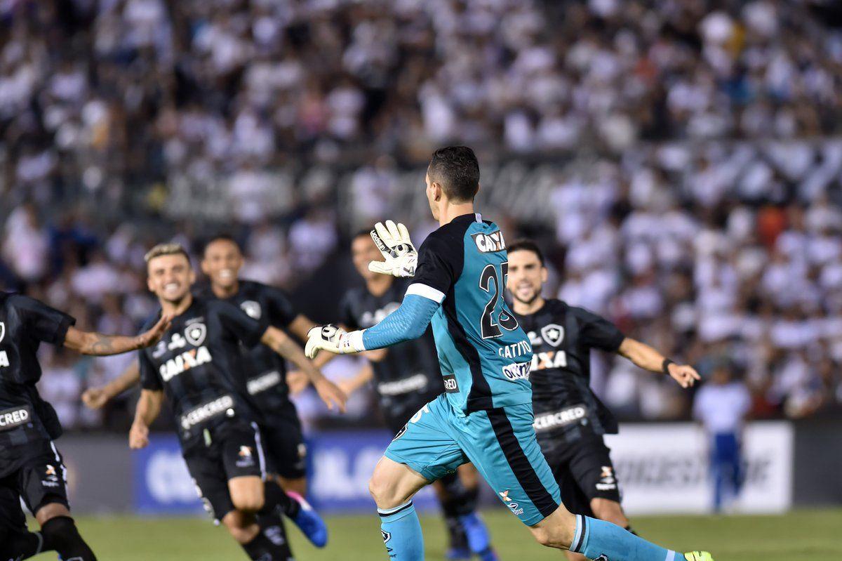 Roberto Junior Fernández festeja con sus compañeros de Botafogo