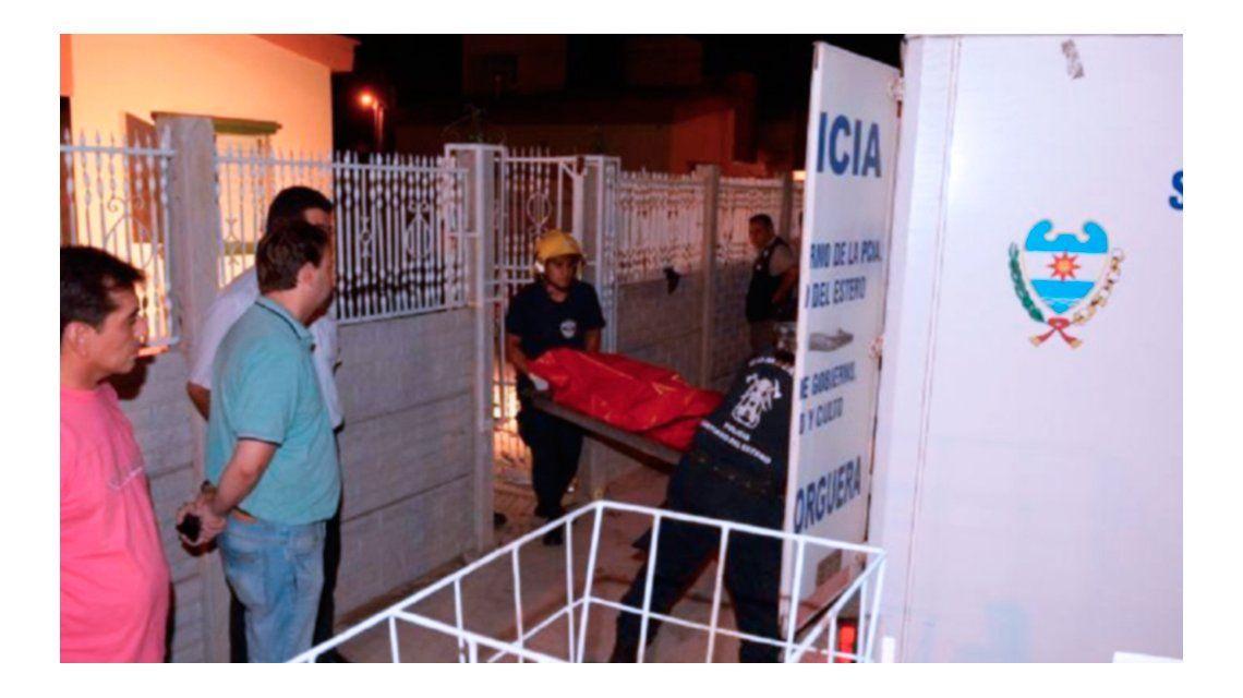 La Policía retira los cuerpos de las víctimas del interior de la casa. Crédito: El Liberal