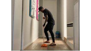 El brasileño no pierde el estilo ni para limpiar
