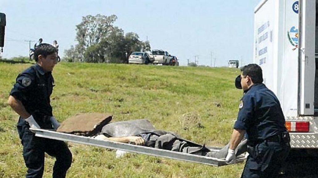 Personal policial retira al joven que fue alcanzado por un rayo