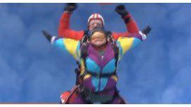 Celebró sus 80 años saltando en paracaídas
