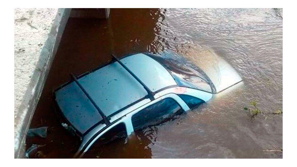 Así quedó el auto en el arroyo