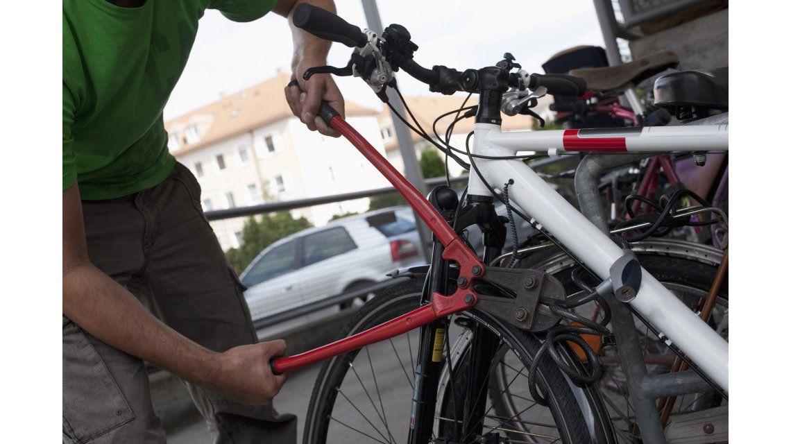 Condenado por intentar robar una bicicleta. Imagen de archivo