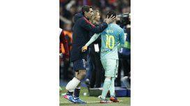 Di María, autor de dos goles, consuela a Messi tras la paliza