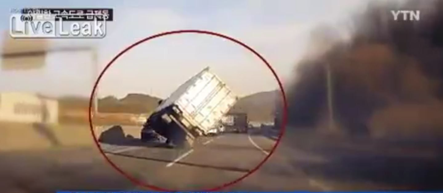 Un camión se queda en dos ruedas y logra evitar volcar