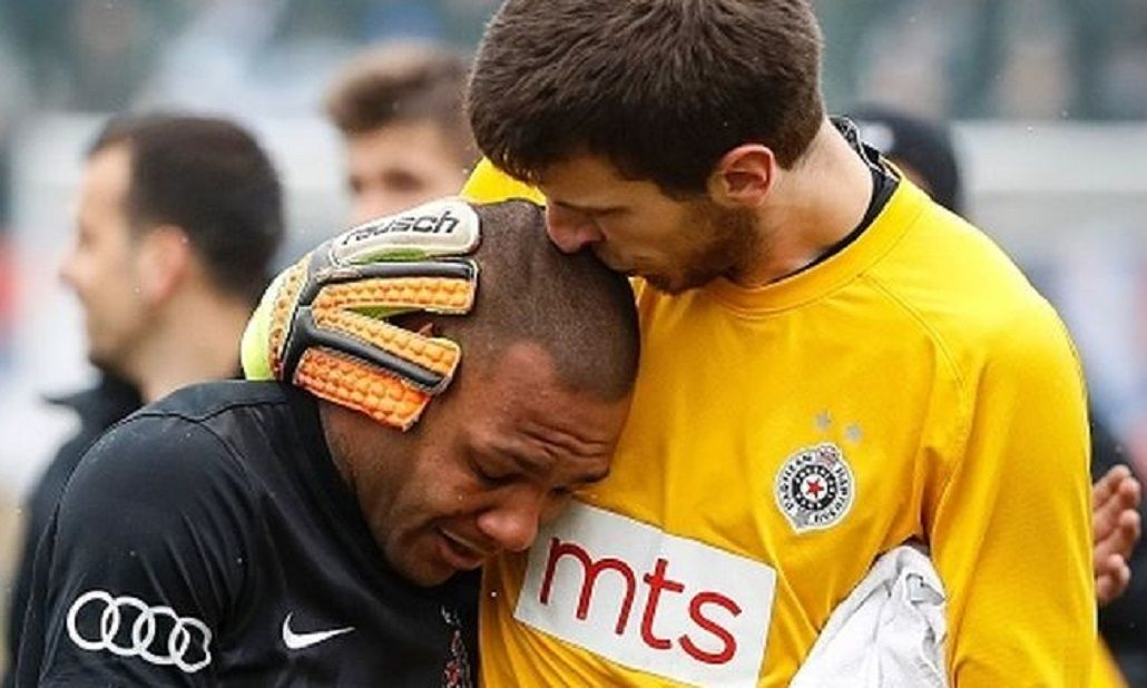 Everton Luiz se retiró del estadio envuelto en lágrimas